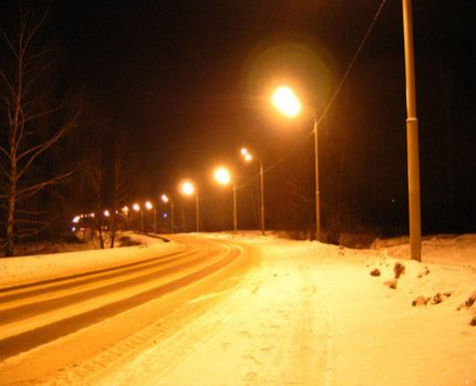 Highway lighting with sodium lamps