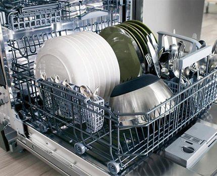 Lave-vaisselle chargé au lave-vaisselle