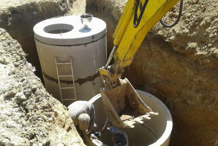 Installation of a well from reinforced concrete rings