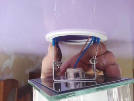 Installation d'un luminaire dans un plafond suspendu