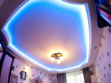 Décoration de plafond tendue avec bande LED
