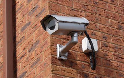 Lauko kameros turi būti papildomai apsaugotos dangčiu