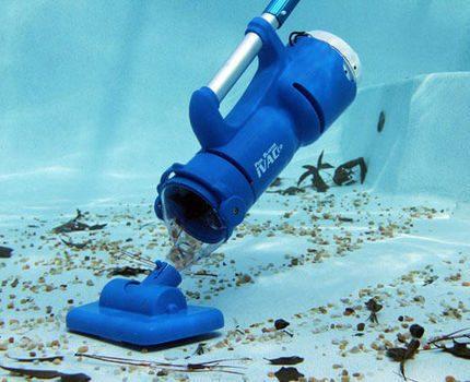 Handheld vacuum cleaner for the pool