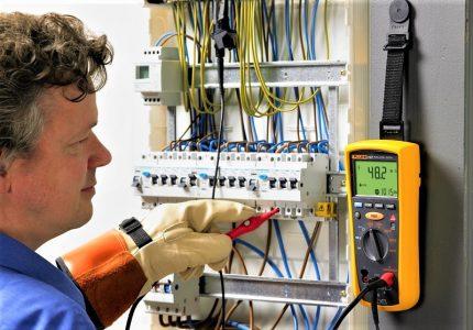 Testa elektriker i skölden