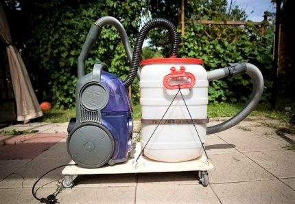 Trolley-mounted cyclone vacuum cleaner