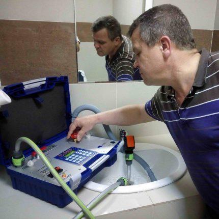 Vérification des compteurs d'eau à la maison
