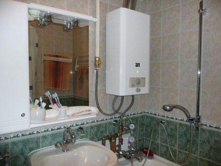 Chauffe-eau au gaz dans la salle de bain