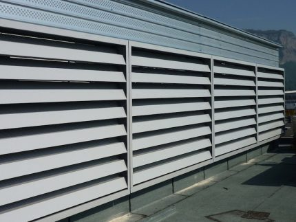 Noise-attenuating ventilation grille