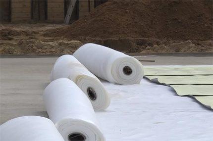 Insulating building material