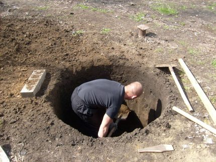 Start of manual digging of a well