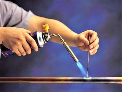 Brûleur à gaz pour le brasage de tuyaux en cuivre