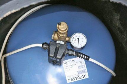 Pressure accumulator with pressure switch