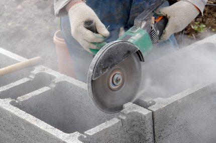 Découpe de matériaux poussiéreux