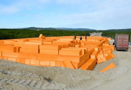 Unloading blocks for road construction