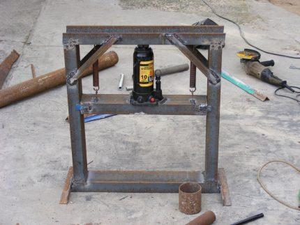Typical hydraulic sawdust press