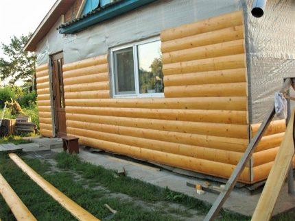 Installation of a block house on a house facade