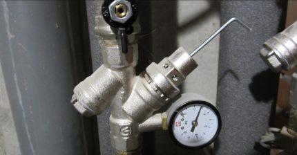 Vandens slėgio reduktorius su manometru