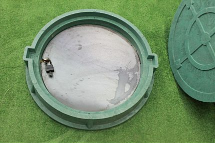 Sewer manhole with inner lid