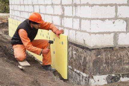 Fixation de l'EPS au mur à l'aide de chevilles