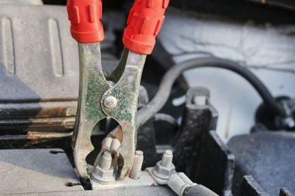 Dénuder les fils dans le câblage de la voiture