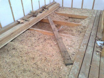 Sawdust as insulation for the floor