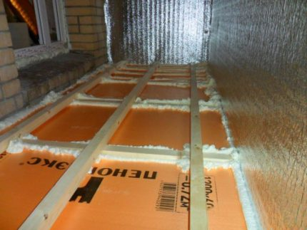 Floor with a double layer of insulation