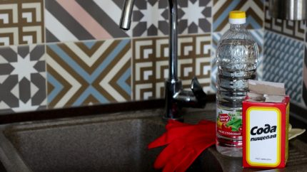 Soda and vinegar for flushing pipes