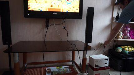 L'onduleur est connecté au téléviseur.