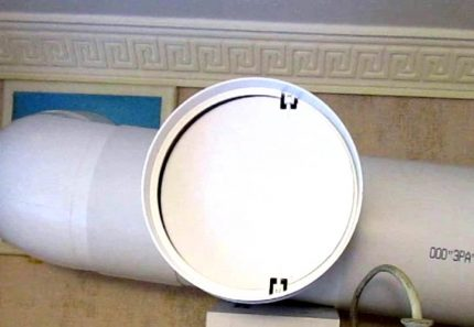 Duct with valve