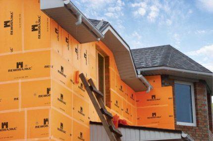 Isolation des murs du bâtiment avec du polystyrène expansé