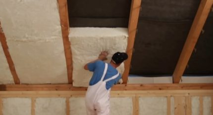 Laying minvata between rafters
