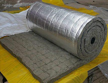 Laine de roche sur un substrat en feuille en rouleau