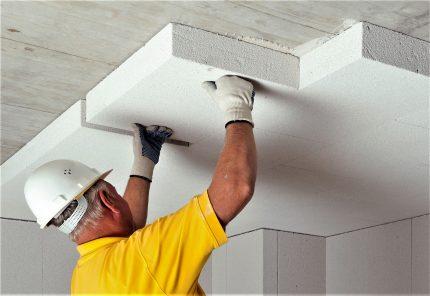 Le maître isole le plafond avec des plaques