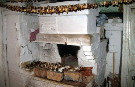 Drying mushrooms in a Russian oven