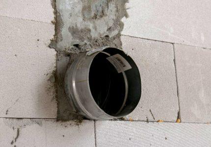 Manchon pour tuyau de gaz dans le mur