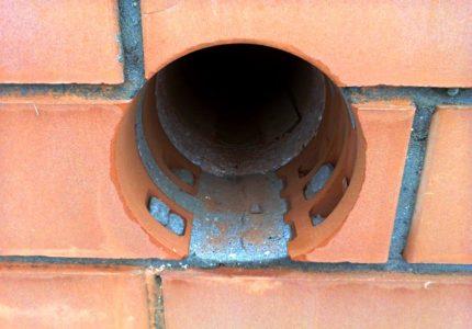 Trou de mur de brique pour tuyau de gaz