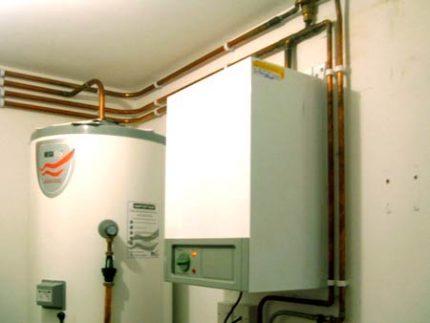 Single-circuit gas boiler and boiler