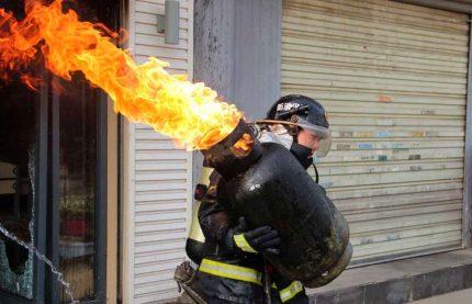Bouteille de gaz brûlant