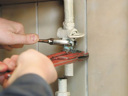 The master unscrews the gas pipe