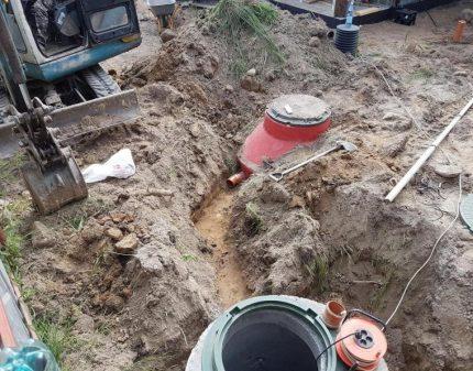 Tranchée pour le tuyau d'égout VOC SANI