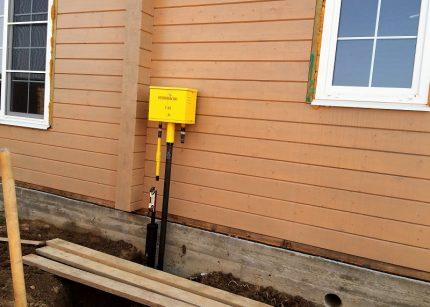 Sortez du gazoduc au mur de la maison