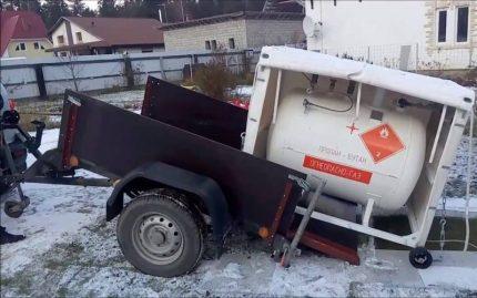 Réservoir d'essence mobile sur la remorque