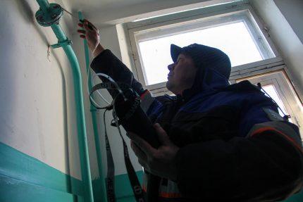 Vérification de l'équipement au gaz à l'intérieur de la maison