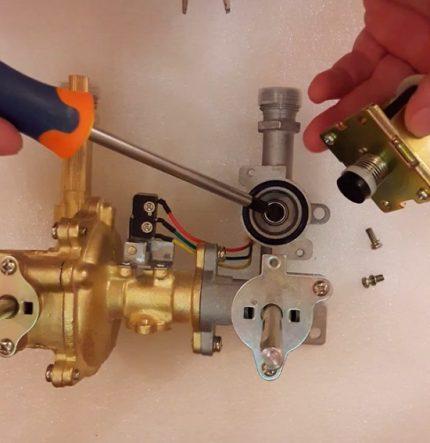 Démontage de la vanne de la chaudière à gaz (démontage)