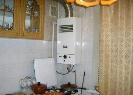 Chaudière à gaz murale dans la cuisine de l'appartement