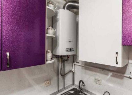 Chauffe-eau à gaz dans la cuisine d'un appartement en ville