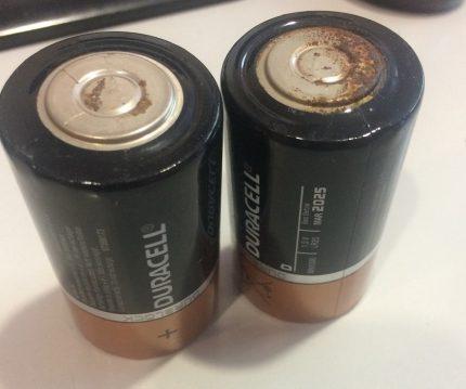 Les batteries se sont oxydées et ont commencé à rouiller.