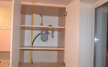 Compteur de gaz derrière l'armoire