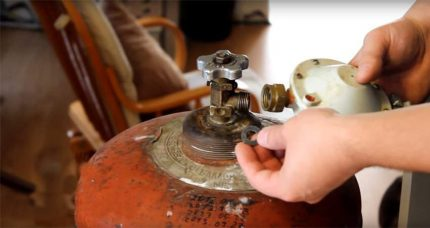 Connecting the gas cylinder to the stove