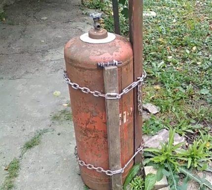 Le cylindre est tiré vers le coin